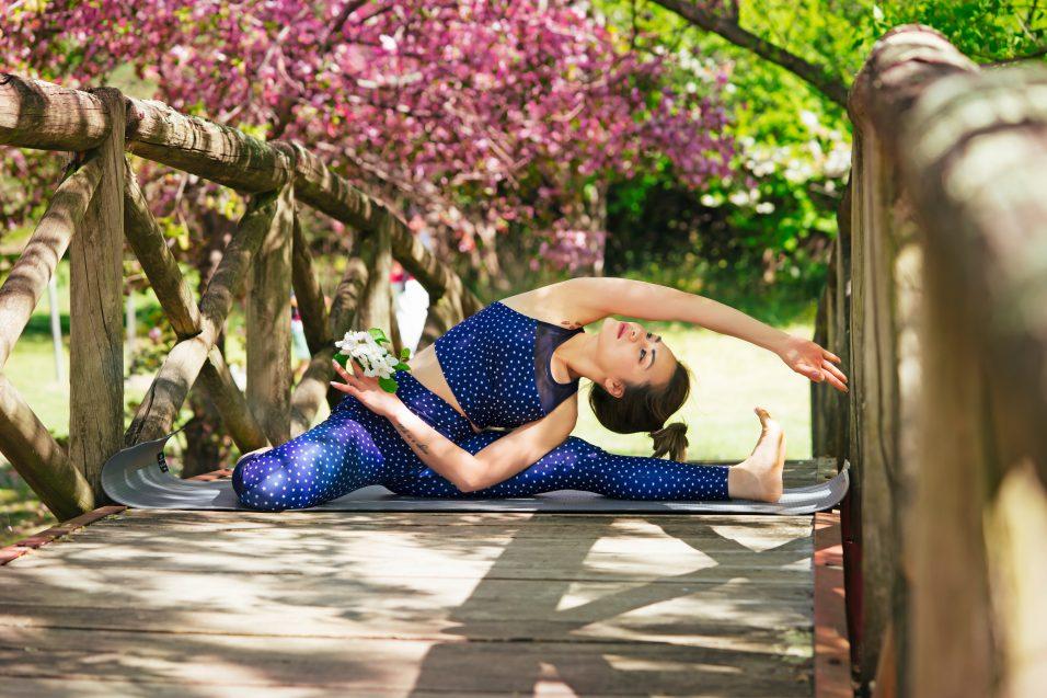 Jeune femme s'étire pendant yoga